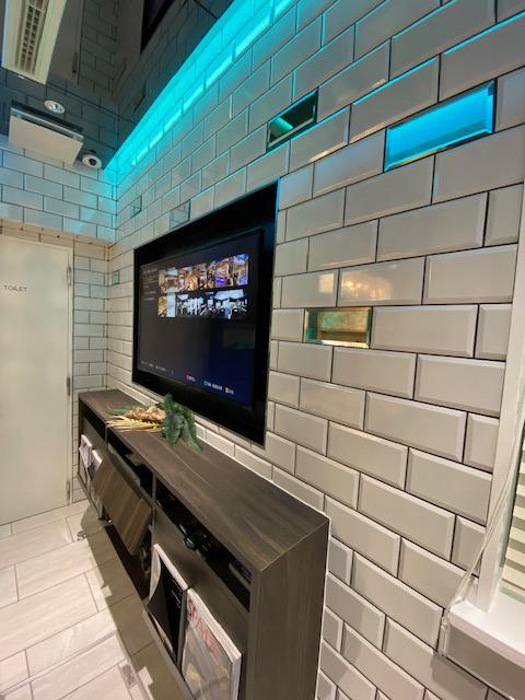 テレビが埋め込まれた壁