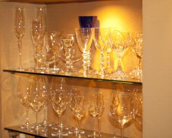 棚に並べられたグラス