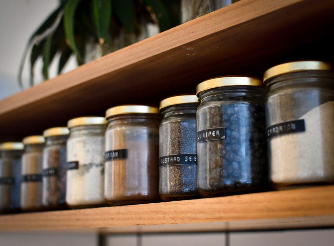 棚にきれいに並んだスパイス